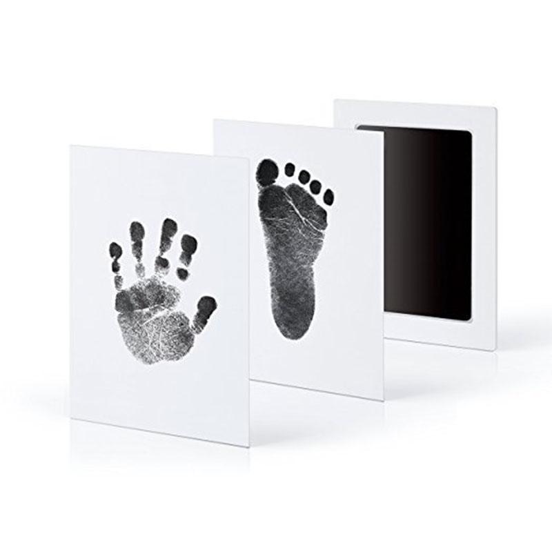 Отпечаток следов руки и ноги на сенсорной панели для новорожденных