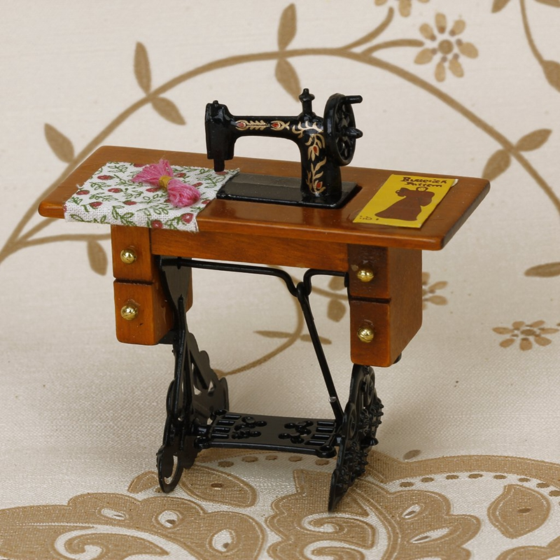 Maquina-de-coser-miniatura-la-vendimia-con-el-pano-para-escala-1-12-dollhousa6A1